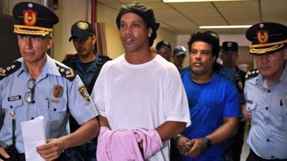 Maintenu en prison, des détenus se battent pour lui — Ronaldinho